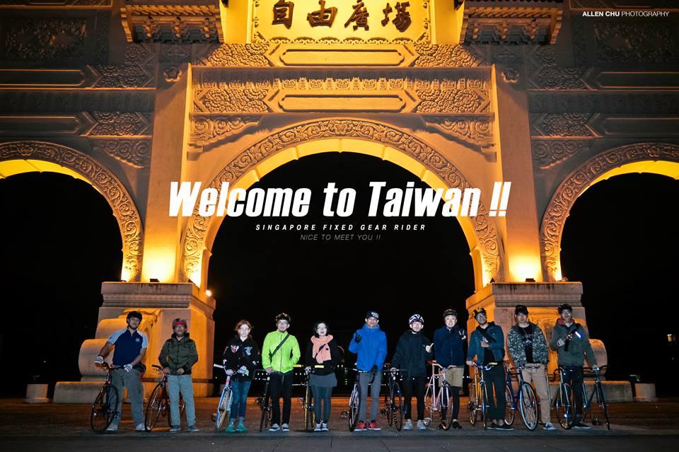 "SINGAPORE RIDER - Aaron    提起那天陪Aaron逛完了師大夜市後,也順路經過了中  正紀念堂的自由廣場(原""大中至正""門)。並向Aaro  n介紹這是我們每週星期三的練招日場地。並在此留影,留  下這張完美的紀念。    每次看到可以帶車來台灣旅行的國外車友,都讓FS團隊裡的人十分羨慕,不知道何時大家可以同時能撥出時間,去其他的國家看看那些一樣熱愛騎單速車的朋友們。  在別國的街道上騎車 並且感受著全然不一樣的體驗。  RIDE FREE , RIDE HARD!!"