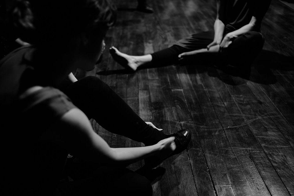 Dos actrices se preparan para los ejercicios de danza