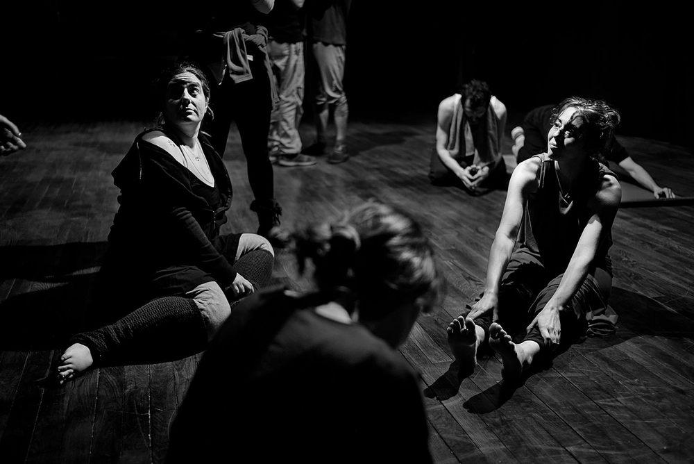 Karmen Garay y Carmen Del Conte durante un descanso en el ensayo. La relación entre los miembros del elenco alcanza un nivel de intimidad que cuesta imaginar