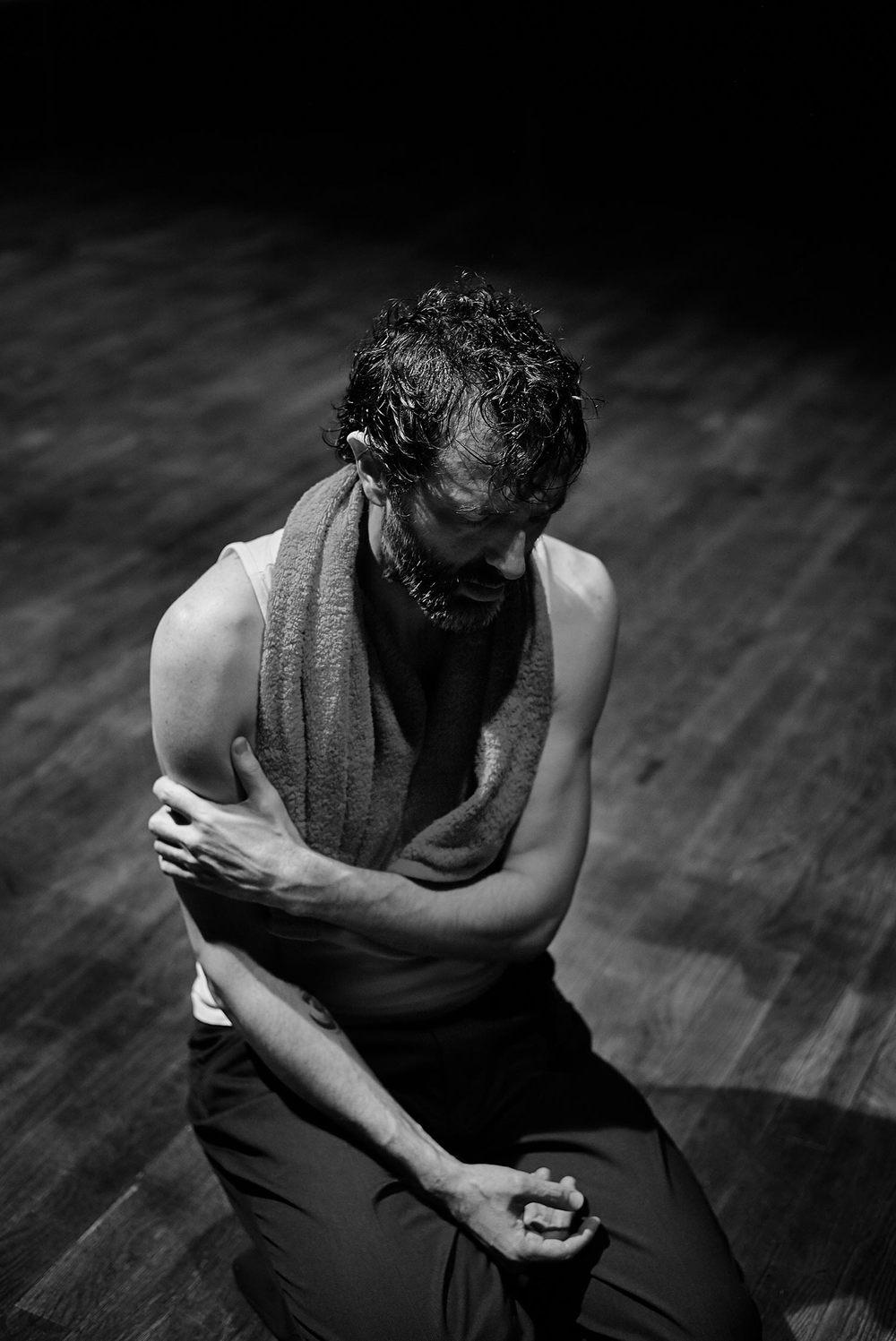 El actor Txavi Pérez respira, se repone de la intensidad del ensayo