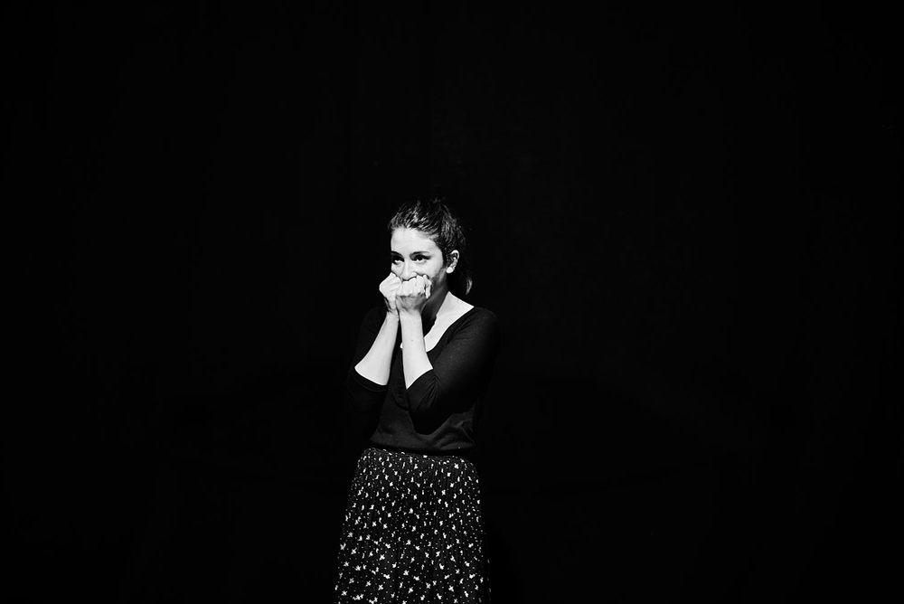 La actriz Ana Telenti totalmente abrumada durante un ejercicio en solitario. La concentración de los actores durante un ensayo les permite llegar a emociones y experiencias, a veces nuevas, a veces olvidadas