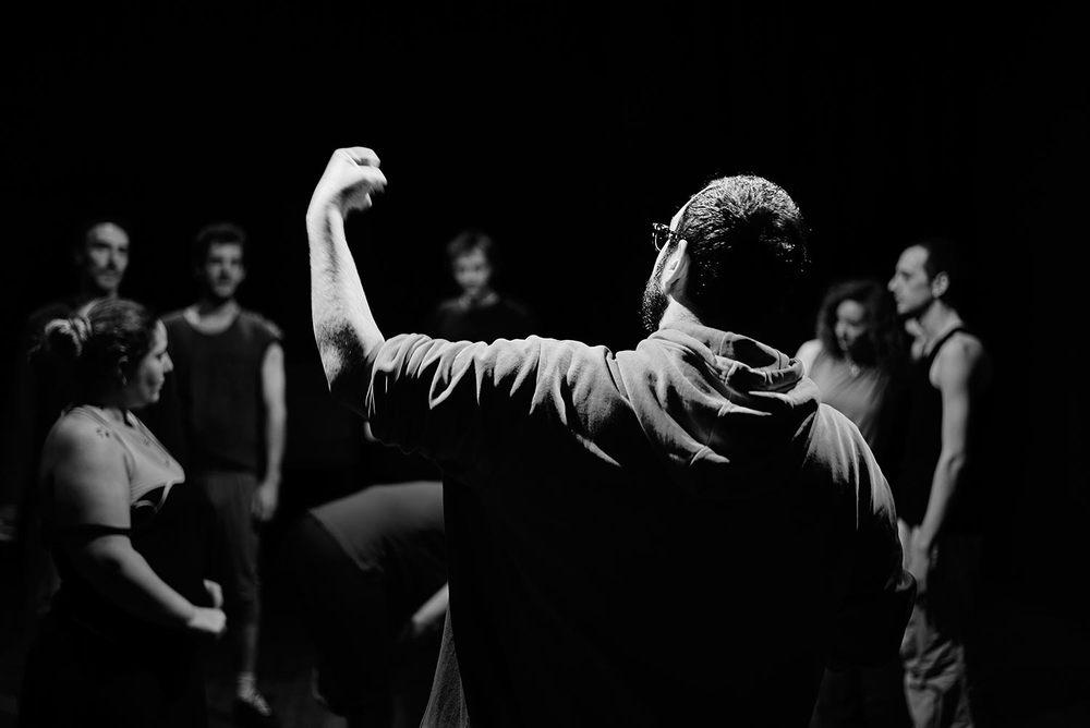 El director Alberto Velasco matizando la actitud concreta para un momento clave en la coreografía