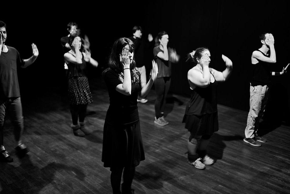 Esta fotografía muestra una de las primeras imágenes de grupo creadas, lo que después se convertiría en una de las coreografías principales del espectáculo