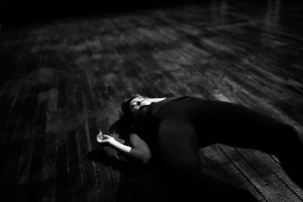 La actriz Carmen Del Conte durante un ensayo. Nunca estuvo mi cámara tan cerca de las vivencias de una actriz. El desenfoque realza el mundo interior que la actriz explora como una tabla rasa. Qué es el arte si no un sueño?