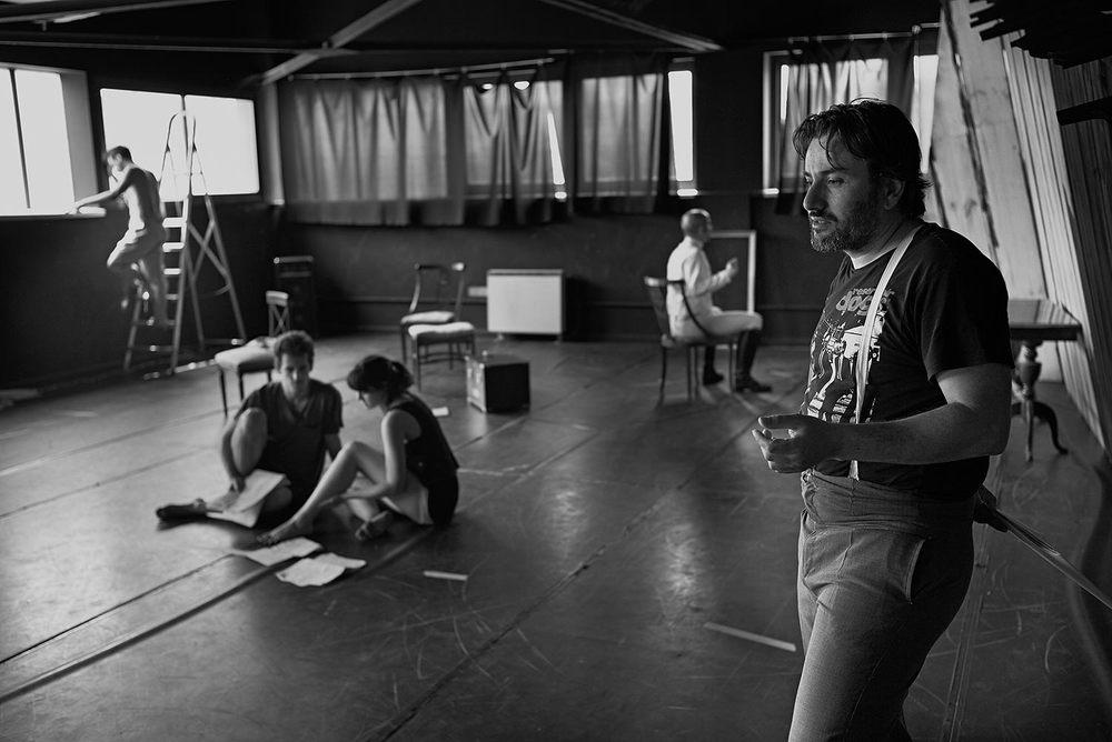 Los actores repasan sus textos antes de un ensayo general
