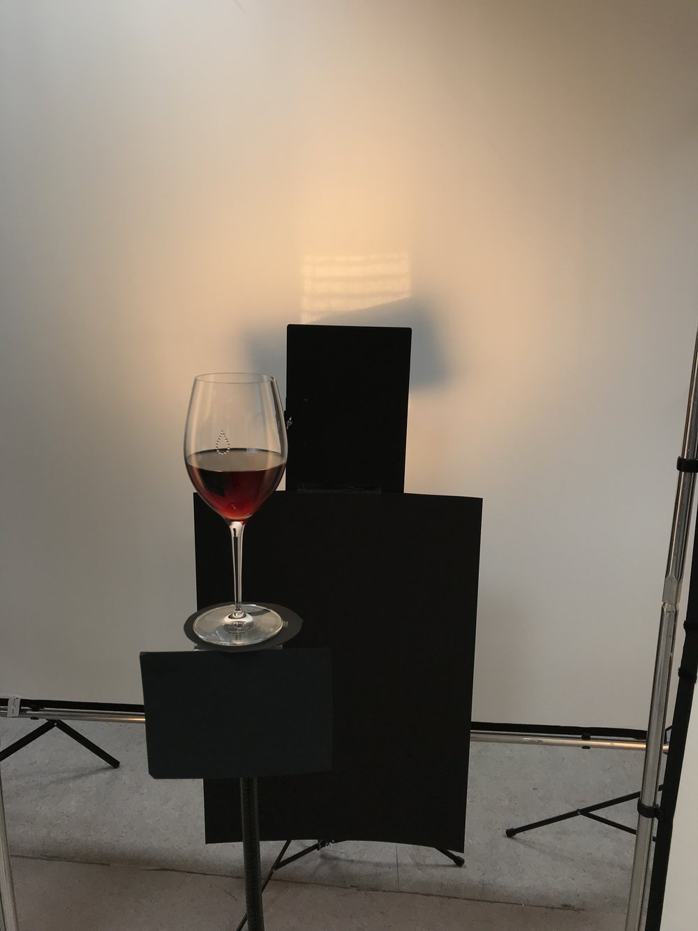 Luces y sombras para definir los bordes del cristal e iluminar el vino a contraluz.