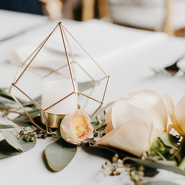Geo, eucalyptus, and garden roses from @potandbox to tie in with Eleanor + Joel's Brushy Geo invitations (#brushygeoabw) 📷@justinemontigny, Event Design @detroitcultivated