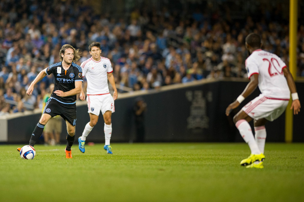 Mix Diskerud cutting through the mid-field | Nikon D3s f/2.8 1/1,000 300mm