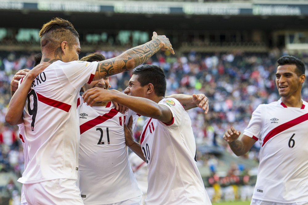 PAOLO GUERRERO celebrates a goal with teammates - Nikon D3s - 70-200mm 2.8