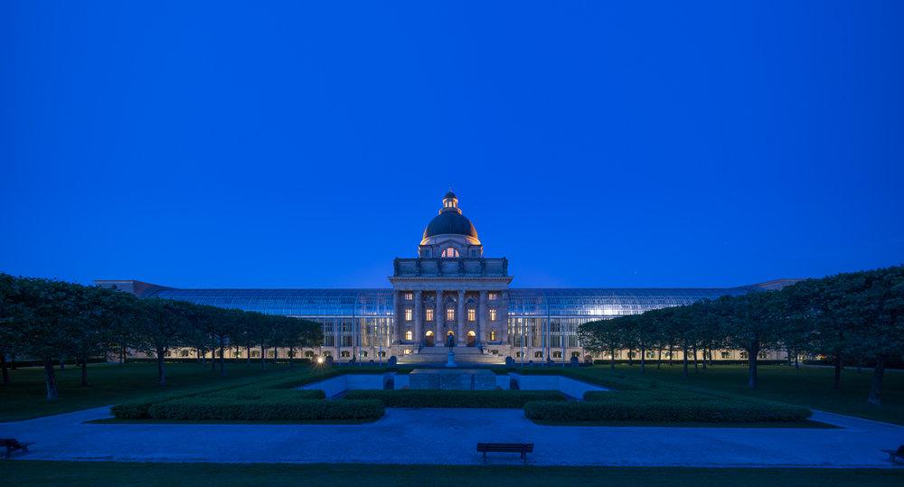 Blick auf die Rückseite der Staatskanzlei zur Blauen Stunde