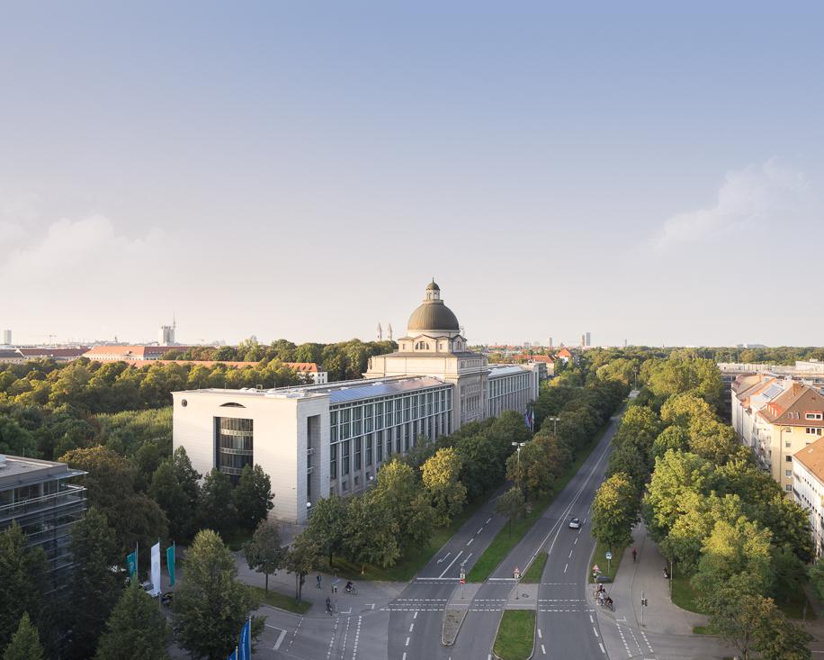 Blick auf die Staatskanzlei zur Goldenen Stunde