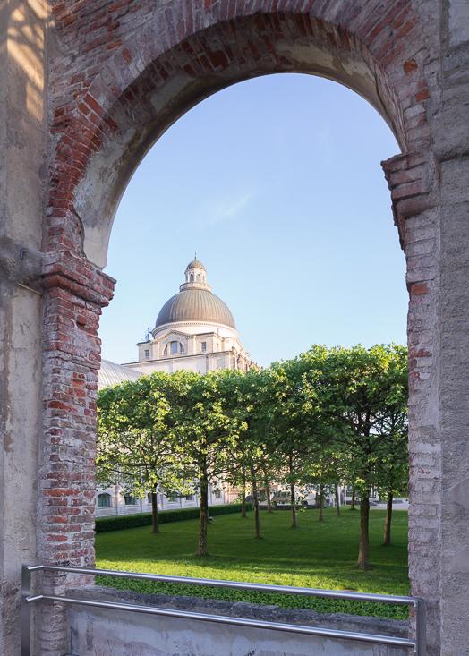 Renaissancearkadengang mit Blick auf Kuppelbau