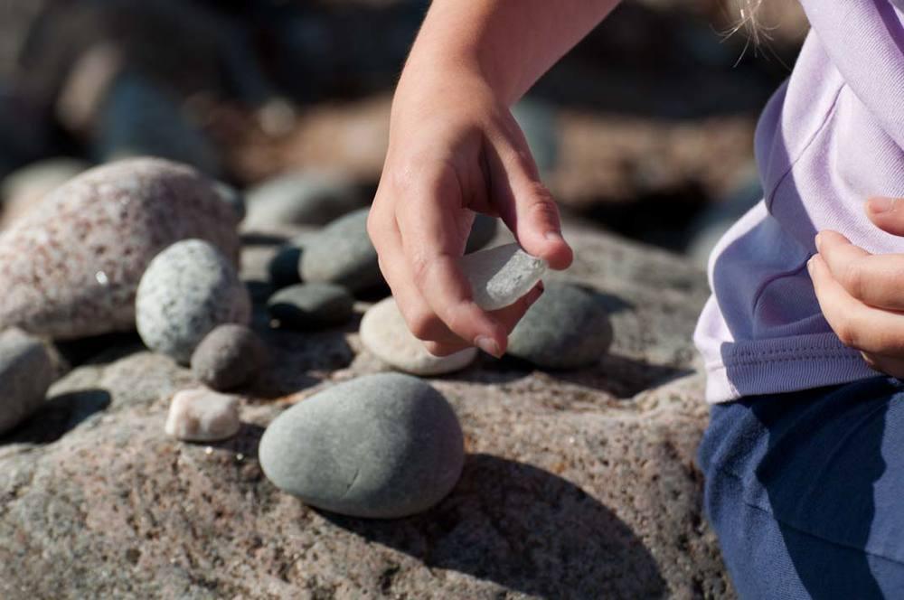 Jannikas-Tova-picking-stone.jpg