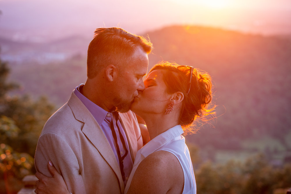 sunset-roanoke-mountain-engagement-couple-love-blueridgeparkway-blue-ridge-purple-gold-kissing.jpg