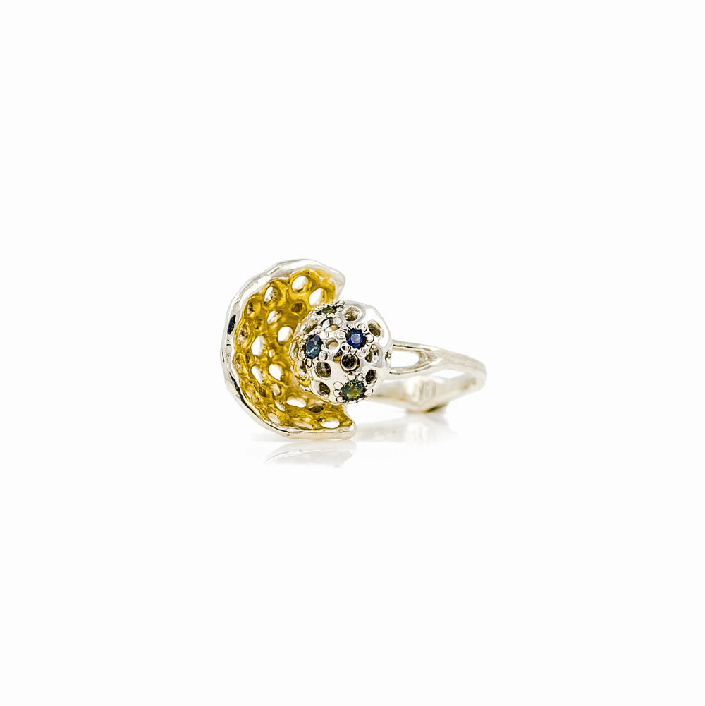 Veil ring set with 5 Australian sapphires and surrounded by a golden surfaced fan