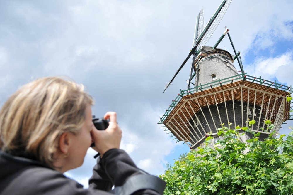 摄影之旅 - 阿姆斯特丹摄影之旅既能带领您欣赏到荷兰首都的观光亮点又会引领您前去探索鲜为人知的宝地秘境。在此次私人旅行中,您将学习如何拍摄专业的城市照片。旅行摄影师Tom van der Leij曾获过专业国际性大奖,本次将由他教授大家拍摄技能,请浏览他的旅行网 www.tomvanderleij.com。我们将在夜幕降临前半小时开始阿姆斯特丹摄影之旅,在市中心进行漫步。我们将捕捉蓝色黄昏的美丽光影以及城市在夜幕中的精彩身影。当然,我们也需遵守规则,不对红灯区的工作人员进行拍摄