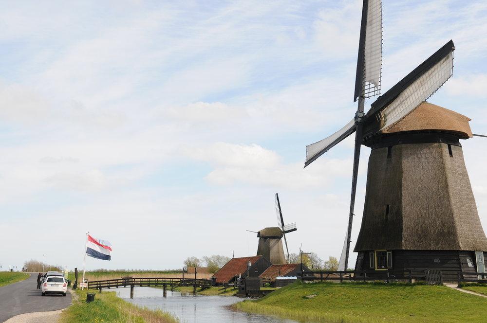 我们也会提供一些建议……我们将在您下榻的酒店迎接您,开启荷兰市郊私人之旅。我们将探访马尔肯,这是一个渔民小镇,1957年修建的一座大坝将这座小镇与大陆连在一起。这座传统的荷兰小镇拥有美丽的海滨(现今,一个湖泊环绕着半岛),镇上林立着独具特色的绿色、白色房屋。之后,我们将前往艾丹,这是一座从十二世纪就存在的小镇,这里以享誉国际的艾丹奶酪而闻名于世。之后,我们将驱车通过贝姆斯特尔圩田。这里凭借在十七世纪已闻名的完美设计和改进的水资源管理,被载入世界遗产名录。我们将在谢默霍恩圩田观赏到很多风车。其中一座被改建成美丽博物馆的风车,将是我们的参观地点。在回程中,我们将开车经过Rijp,一座美丽的古老小镇。这只是一个选项,我们总能满足您的要求。如果您喜欢游客聚集的景点,如沃伦丹和桑斯安斯风车村,我们可以去往那里。我们也可以花上一天时间,游览沙滩或荷兰其他著名村庄。告诉我们您的需求,我们会努力满足! -
