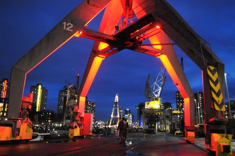 鹿特丹 - 鹿特丹是荷兰第二大城市,拥有欧洲最大的港口,这座城市因其不同寻常的建筑风格而得名,是一个绝对值得一去的城市! 在我们的一日游期间,您会参观亮黄的立体方块屋(Cube House)和De Rotterdam的地标大楼,除此之外,鹿特丹还有其他值得一看的景点,如天鹅形伊拉斯谟斯桥和红色威廉姆斯布鲁桥。 如果您对博物馆感兴趣,博物馆公园(Museumpark)有六家不同的博物馆和画廊等待您。 您也可以一边在拱顶市场(Markthal)里在享受饮料,一边欣赏其奇特的建筑风格。