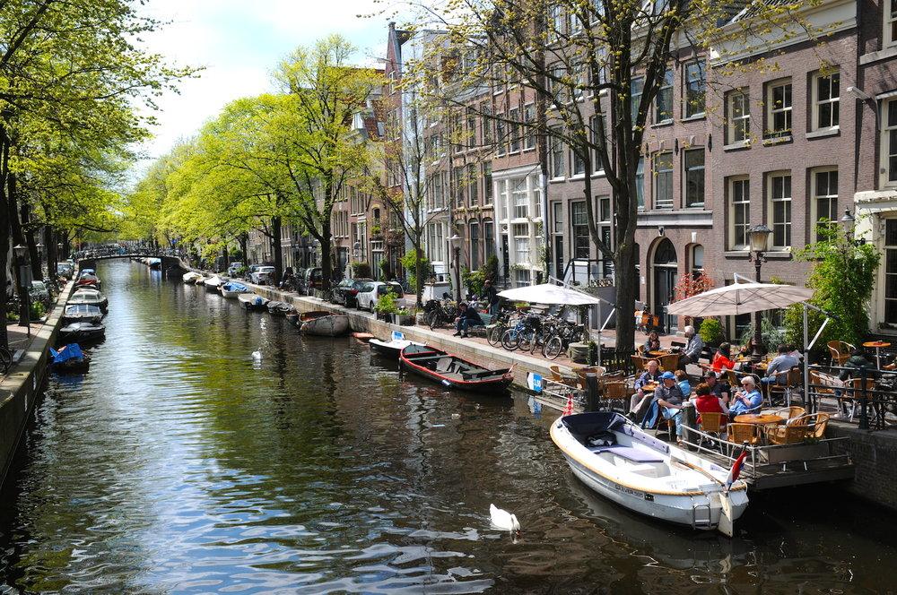 我们最推荐的旅行路线 - 我们最喜爱陪伴客户前往我们业余时间钟意游览的地方。因此我们为您带来以下建议。我们喜爱在约尔丹步行和骑车。我们喜欢阿姆斯特丹的这个周边地区。这片居住区拥有美丽的老式建筑,漂亮的运河和多个桥梁。在这里,参观一些古老隐秘的修女院,进行一场真正的时间旅行,乐享惬意。之后,我们倾向于在Prinsen和Bicker岛上漫步,游览市内动物农场,在古老的仓库间穿行。这是一片经过完善修复的古老区域,虽处于市中心却宁静怡人。我们同样推出亮点旅游之行和特别购物之行。