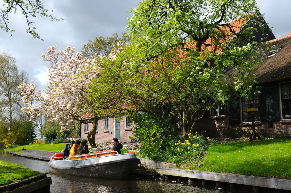 羊角村一日之旅 - 因其多条运河(非常美丽!)和木桥,羊角村通常被称作北方威尼斯。这座800年历史的小村庄位于荷兰东北部,充满魅力,值得一去。但是您可别犯糊涂,这里可不是威尼斯(也不是阿姆斯特丹)。这里很小、很安静,也远离尘嚣。漫步在这片田园般的小镇里确是一种享受。然而,更有趣的方式则是乘船穿过运河,远眺花园的自然美景和茅草屋顶描绘的如画风景。您可以参加运河之旅,如果您爱冒险,则可自己租一艘耳语船或皮船。这里离阿姆斯特丹不是很远,从羊角村出发是非常棒的选择!下一个村落有非常漂亮的风车!