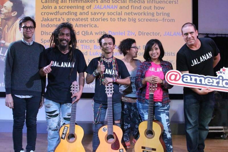 Musisi pengisi soundtrack berpose bersama 'bintang film' serta sutradara film JALANAN