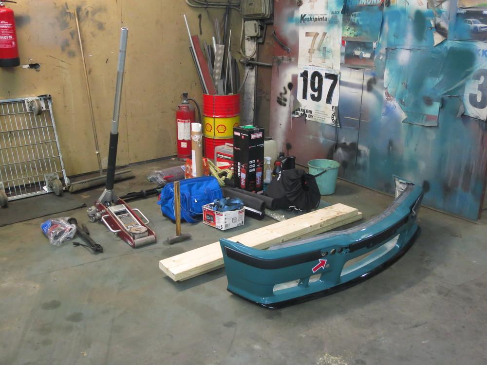 Pakattavaa huoltoautoon, mukana myös 2kg yleistyökalu.