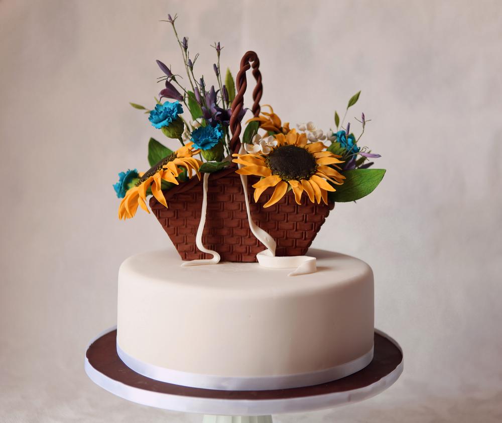 Торт с корзиной цветов