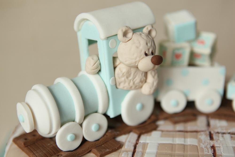 Торт для малыша: паровозик с медвежонком