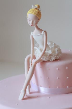 Розовый торт для девочки с балериной