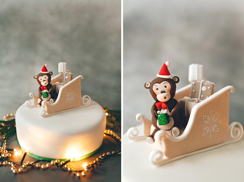 Торт на Новый год с обезьянкой иновогодними санями. БольшойФруткейк. Вес 2 кг, стоимость 4000 рублей