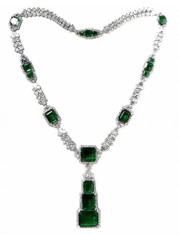 Emerald and diamond necklace, containing 17 rectangular emeralds, 277 carats. The emerald in the pendant weighed 70 carats and was reputed to have come from the collection of a former Sultan of Turkey. Jacques Cartier set it in a Art deco piece for the Maharaja of Nawanagar. Image: Cartier. Coloration in image by:    https://royal-magazin.de/
