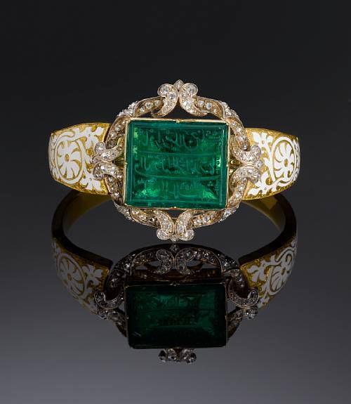 An  inscribed Mughal emerald personal seal set in a diamond encrusted gold  bangle and bearing the name of Major Alexander Hannay, an East India  Company officer. Photo Bonhams