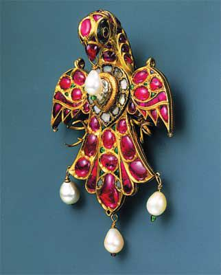 Kundan set eagle pendant. Mughal, India. Rubies, diamonds, pearls, enamel. Photo: The Al-Sabah collection.
