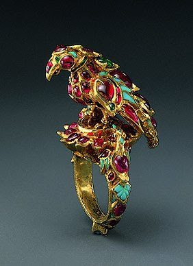Bird Finger Ring (1st quarter of the 17th century), Indian, Mughal or Deccan - Gold, rubies, emeralds, turquoises; carving, kundan technique. Photo: The Al-Sabah collection.
