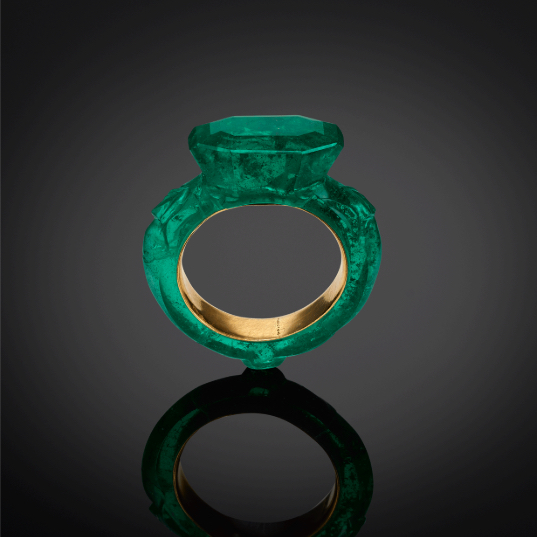Ring. India, sixteenth century. Emerald, with gold sleeve. Image courtesy: Al Thani Collection
