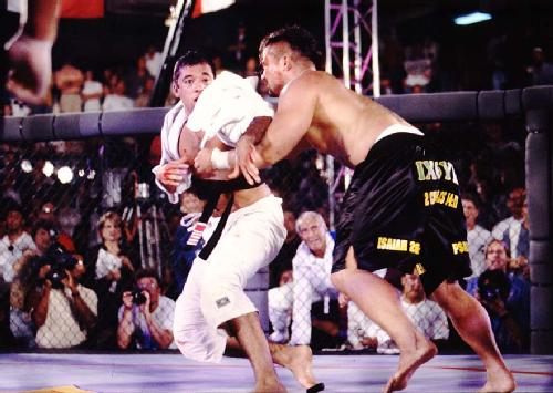 Royce Gracie fights Kimo in UFC 3