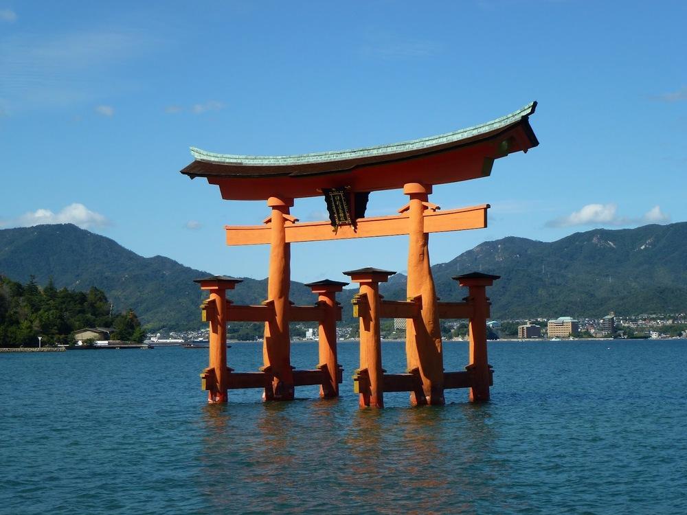 Torii di fronte all'isola di Miyajima