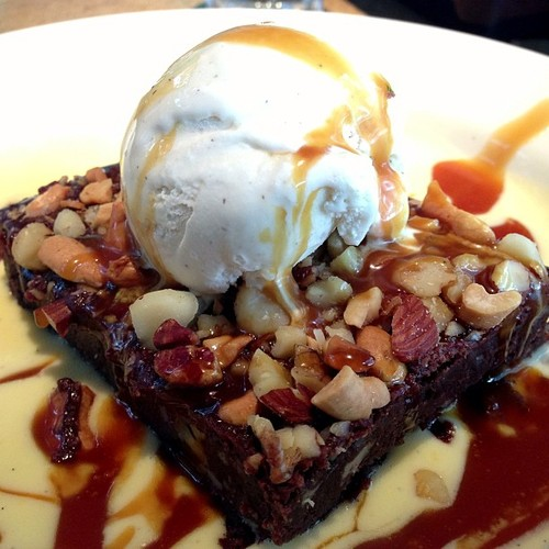 Brownie, Nuts, vanilla ice cream