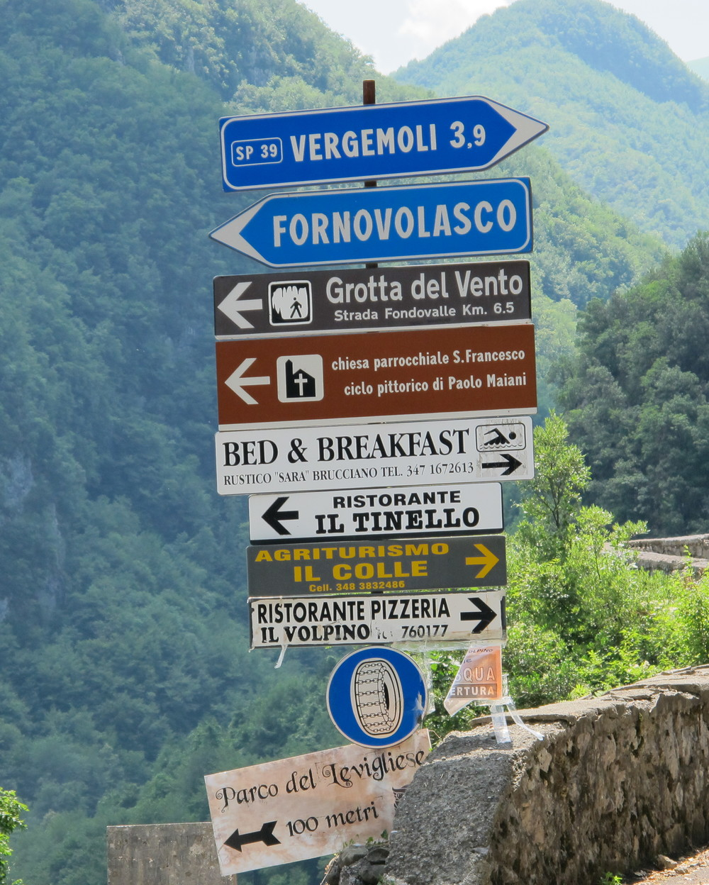 Fork in the road from Gallicano on the way to Fornovolasco, Vergemoli, La Grotta del Vento, Calomini.
