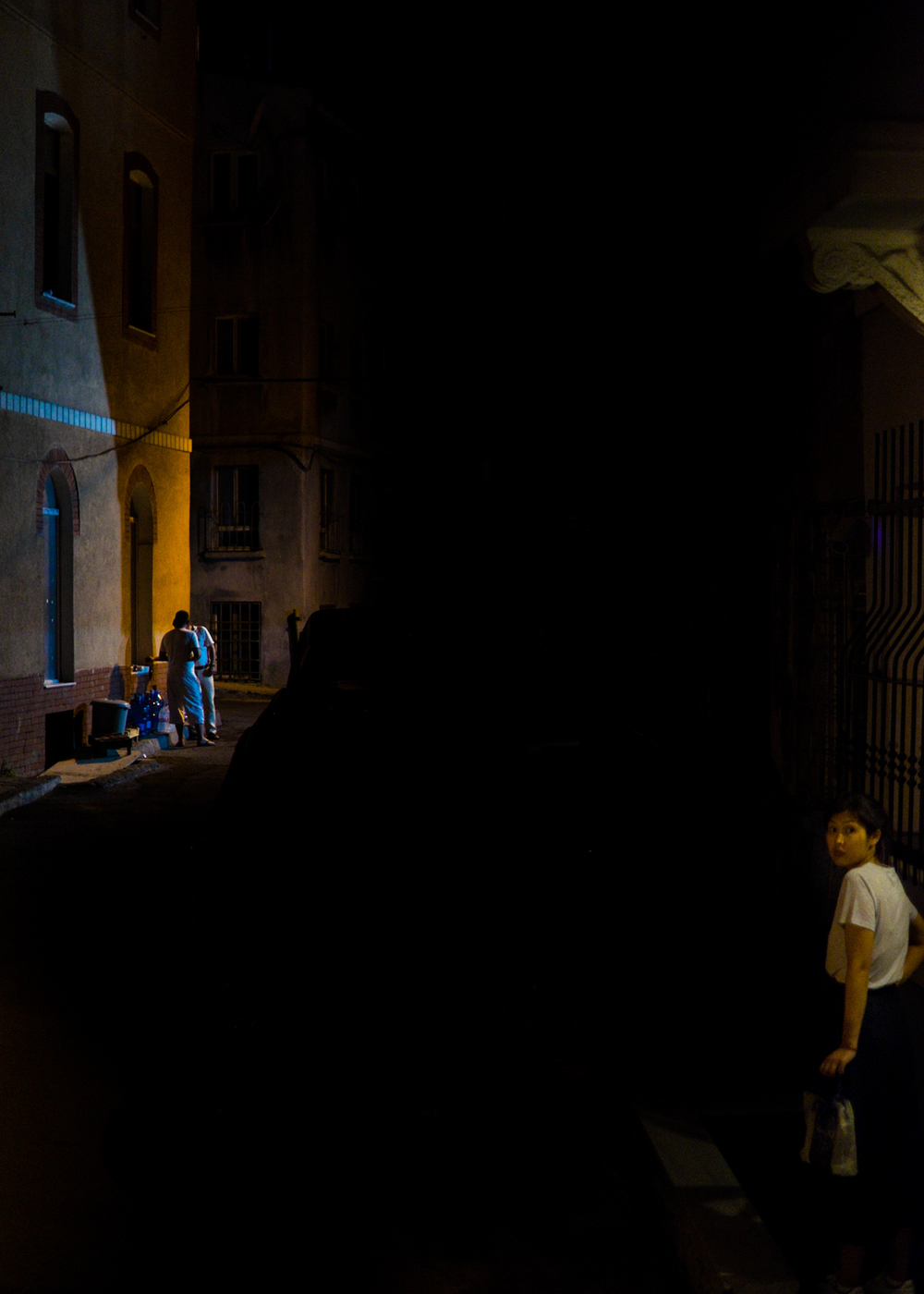 Istanbul-Night-Tarlabaşı-Beyoğlu-Men-Woman-Looking-Foreground-Matthew-Coleman-Photography