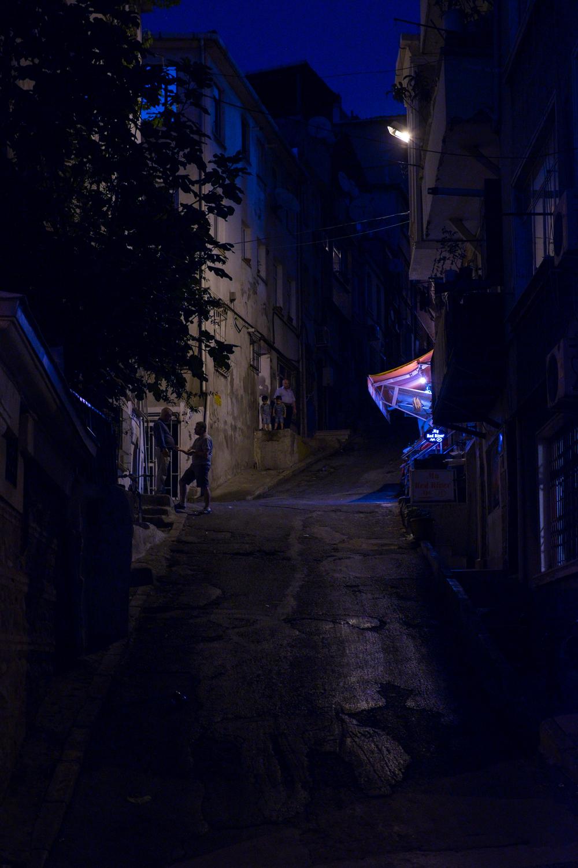 Street-scene-Night-Tarlabaşı-Beyoğlu-Istanbul-Matthew-Coleman-Photography
