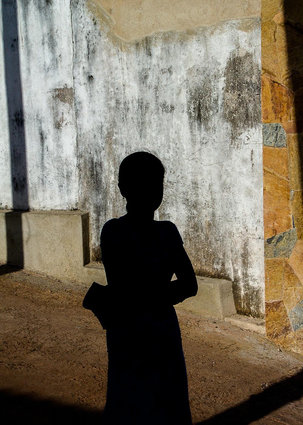 sri-lanka-Mirissa-Bay-woman-in-shadow-Matthew-Coleman-Photography