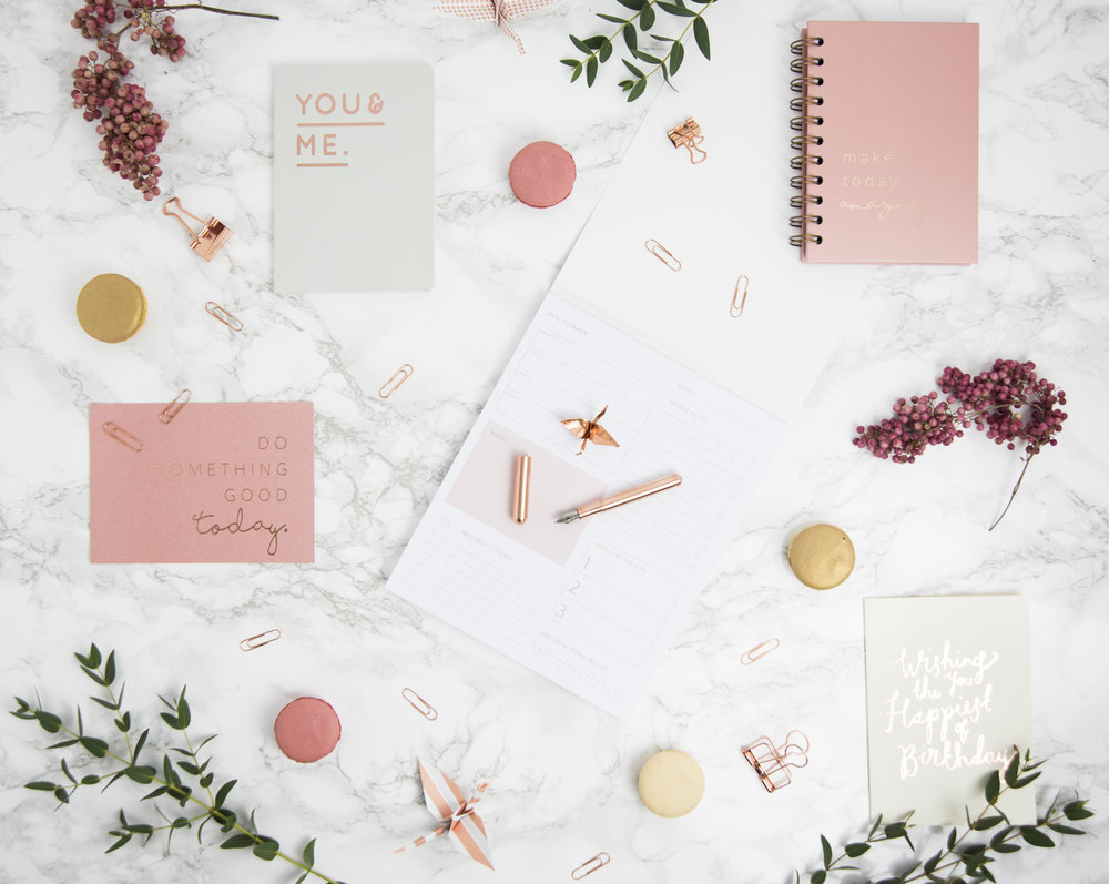 "Grußkarte ""Do something good today."", Notizbuch ""You & Me"", Notizbuch ""Make today amazing"", Planer, Grußkarte ""Wishing you the Happiest of Birthdays"", Füller in Roségold, Heftklammern in Roségold"