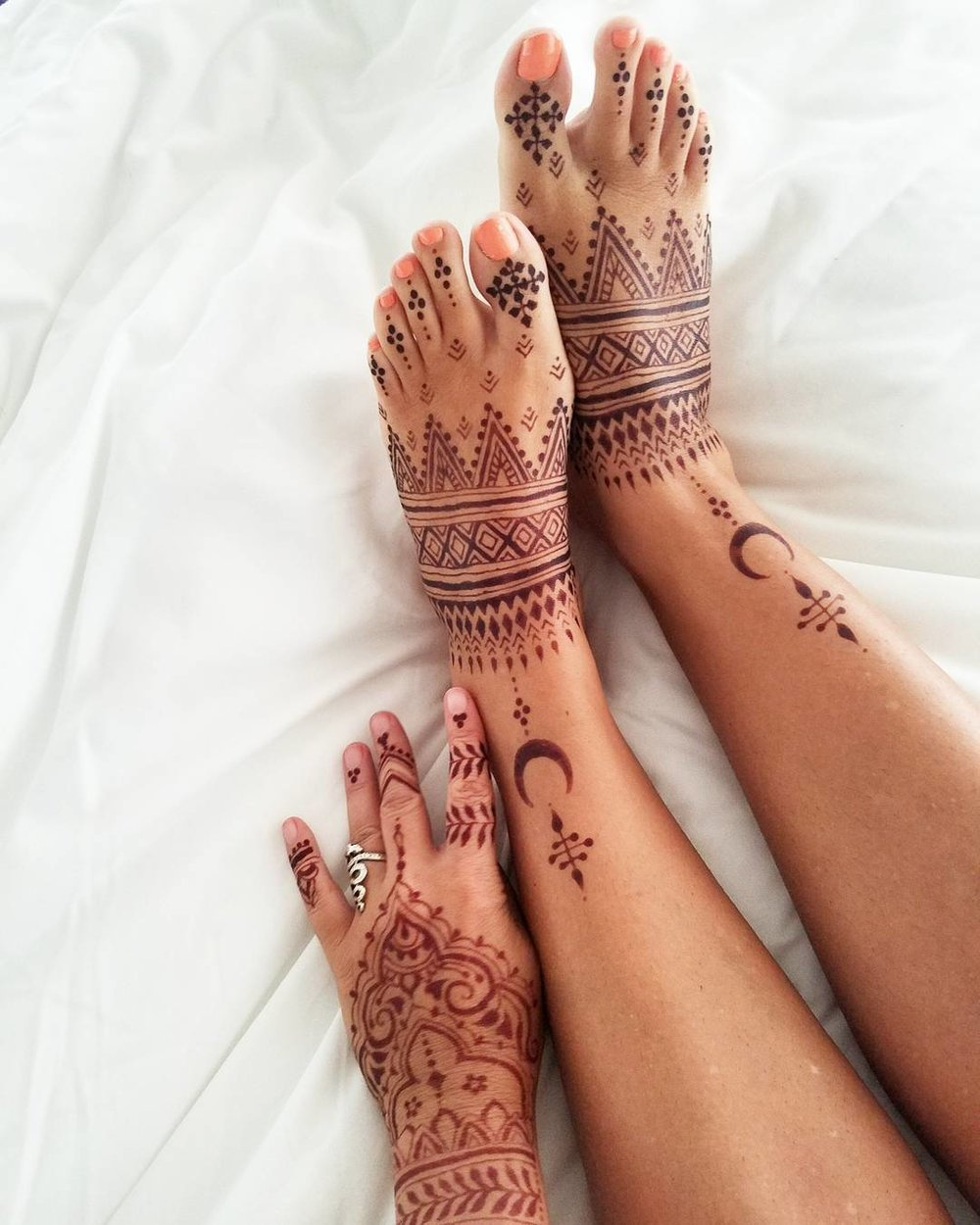 Henna on the hand, jagua-henna blend on the feet.