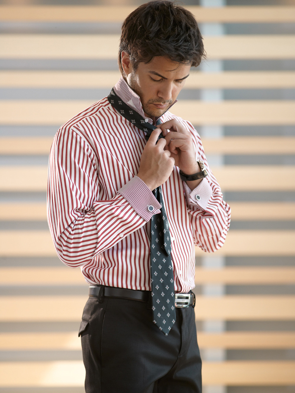 Etrusca-Collezione-Uno-Gentiuomo-Red-Stripe-Contrast-Stripe-Collar-Cuff-Model-Indoors-001-RT.jpg