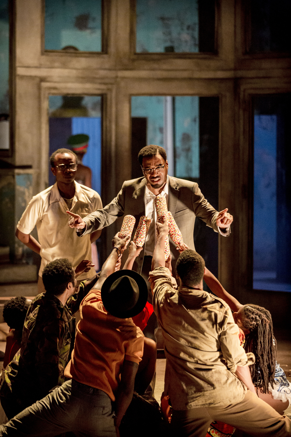 01 A Season in the Congo – (left-right) Kurt Egyiawan as Maurice Mpolo and Chiwetel Ejiofor as Patrice Lumumba. Photo by Johan Persson..jpg