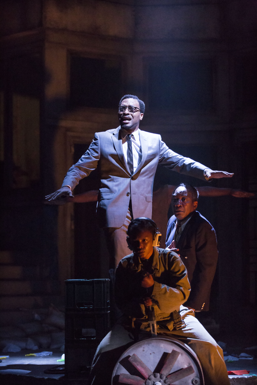 13 A Season in the Congo – Sandra Reid as pilot, Chiwetel Ejiofor as Patrice Lumumba and Joseph Mydell as Kasavubu. Photo by Johan Persson..jpg