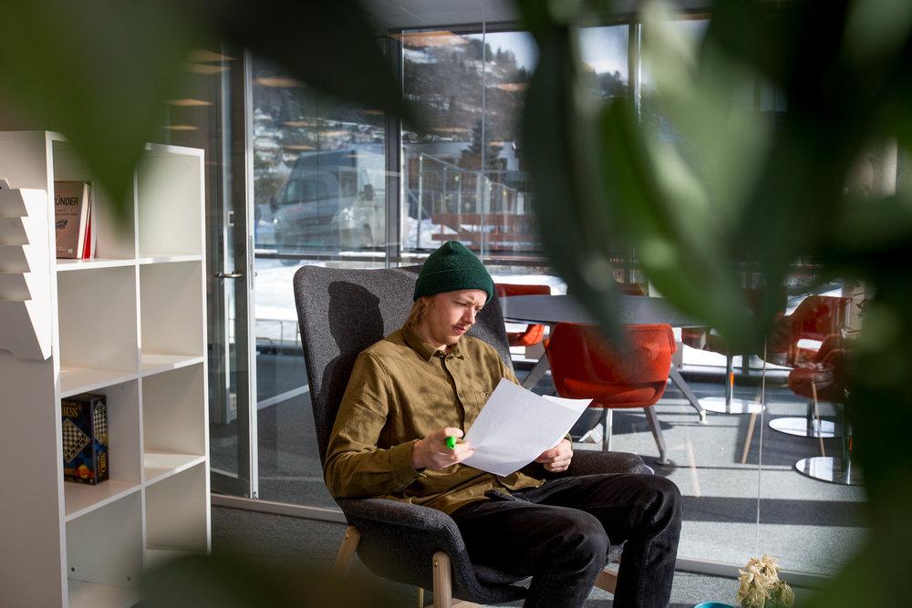 Kva er FUS? - FuS er kontorfellesskapet for gründerar og etablert næringsliv på Campus Sogndal . FuS tilbyr eit aktivt nettverk og god støtte. Du får tilgang til rådgjevarar, mentorar, faglege- og sosiale arrangement, og sjølvsagt kontorfasilitetar og møterom.I retur ønskjer vi at alle deltek i fellesskapet, er dedikert og arbeider målretta.