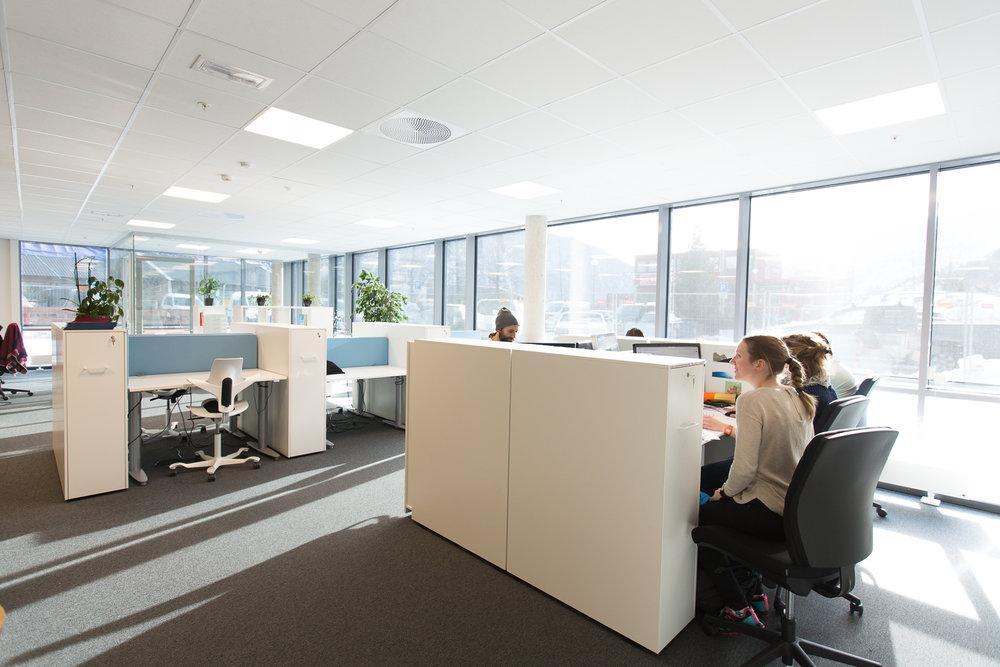 Fasilitetar - Det er 22 kontorplassar pr i dag, med plass til fleire om behovet aukar.5 møterom, 2 opne rom, 3 av romma har skjermar, kontorpult med skåp, skrivemakin, tilgang til kjøken, internett, printar, makuleringsmaskin, kjøleskåp, uteområde, kaffibar osb.