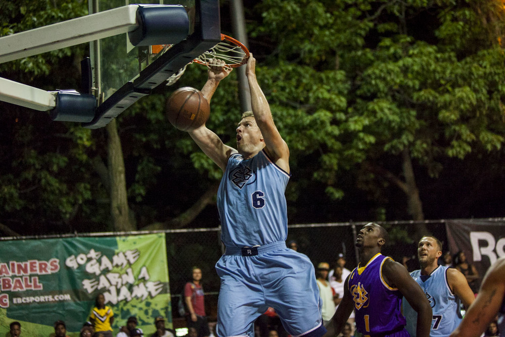 Former New York Knick David Lee and Golden State Warrior teammate Kent Bazemore showed up at Holcombe Rucker Park and put on a show.